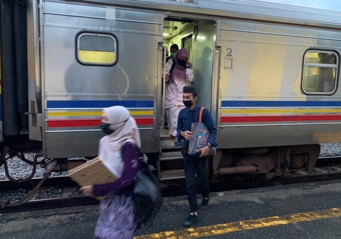 Pelajar di pedalaman naik kereta api ke sekolah